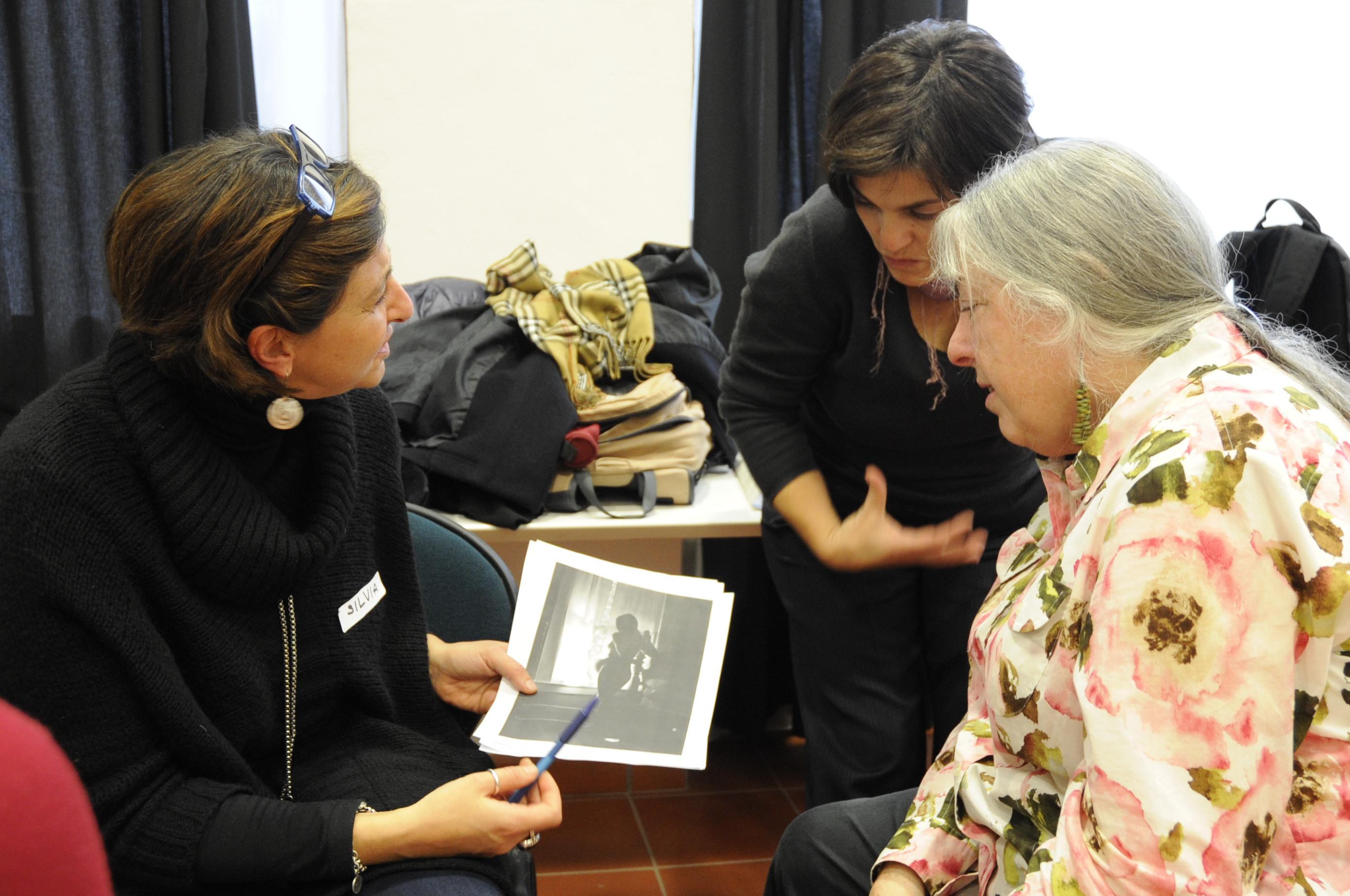 """Judy Weiser """"Workshop esperienziale sulle tecniche di fototerapia: come le fotografie possono essere usate per la comprensione e il cambiamento"""""""